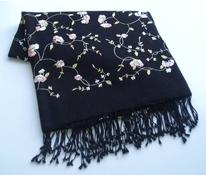 Cele vyšitý šál černý