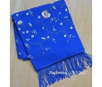Cele vyšitý šál středně modrý